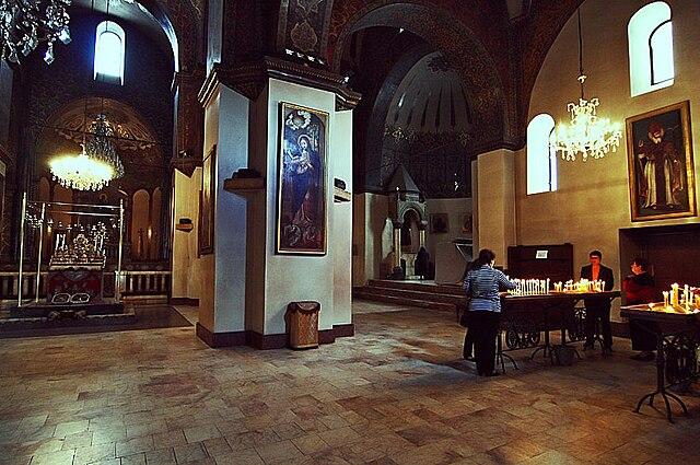 https://upload.wikimedia.org/wikipedia/commons/thumb/8/83/Ejmiadzin_indoor2.jpg/640px-Ejmiadzin_indoor2.jpg