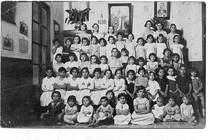 Escuela de José Sánchez Rosa, maestro racionalista andaluz seguidor del modelo propugnado porFrancisco Ferrer Guardia. Imagen tomada en la Sevilla de 1936, poco antes de larebelión militar, autoproclamada con el nombre de 'Alzamiento Nacional'.