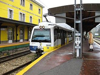 Cercanías Asturias - Image: FEVE Train in Pravia