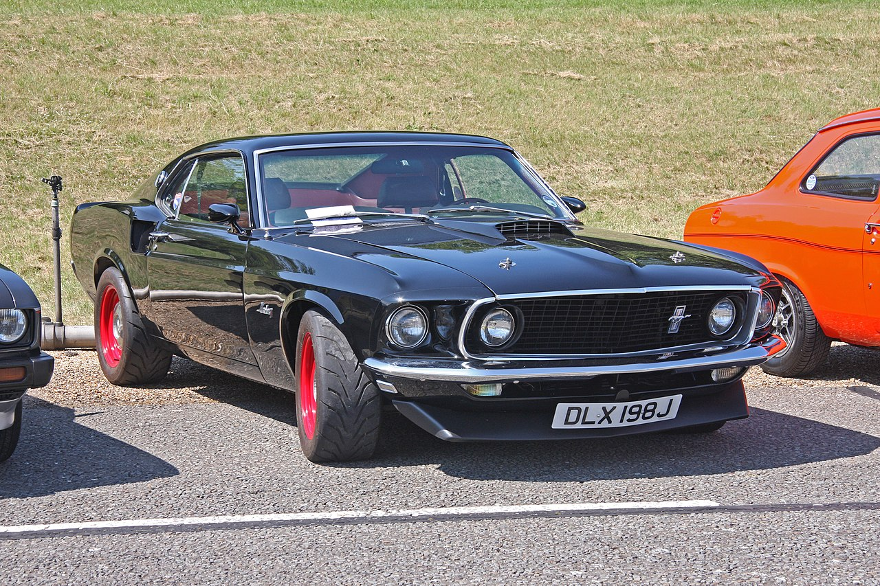 1280px-Ford_Mustang_%282%29.jpg