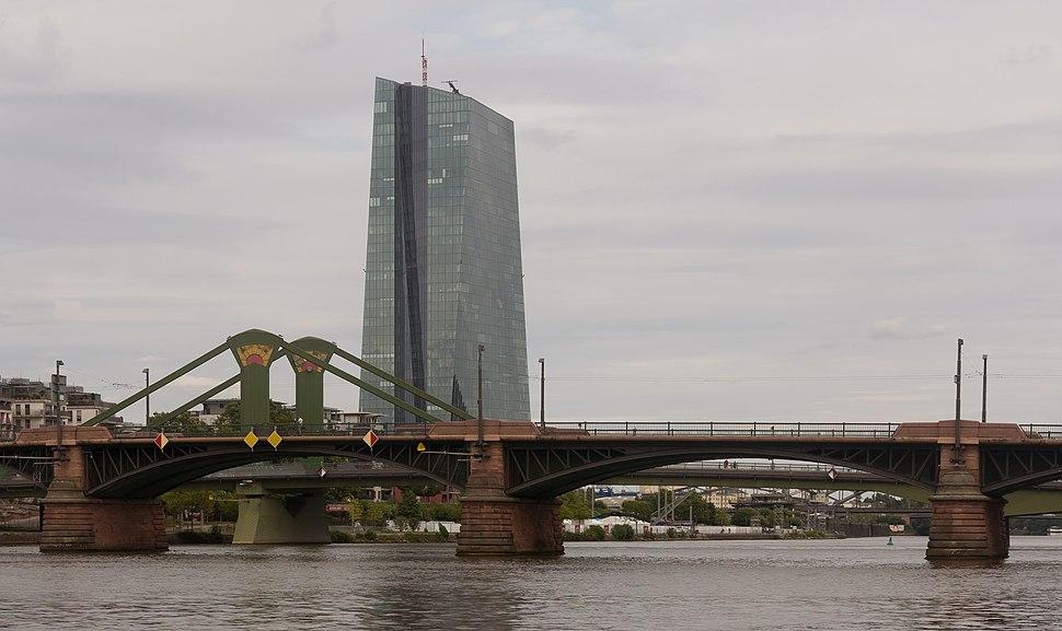 Frankfurt am Main, die Europ%C3%A4ische Zentralbank vanaf die Alte Mainbr%C3%BCcke foto5 2016-08-11 16.21