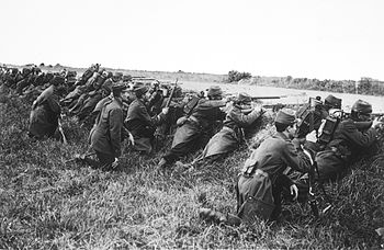 English: French soldiers waiting assault behin...