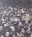 Funeral de Hipólito Yrigoyen - La gente traslada a pulso el ataúd (1933).JPG