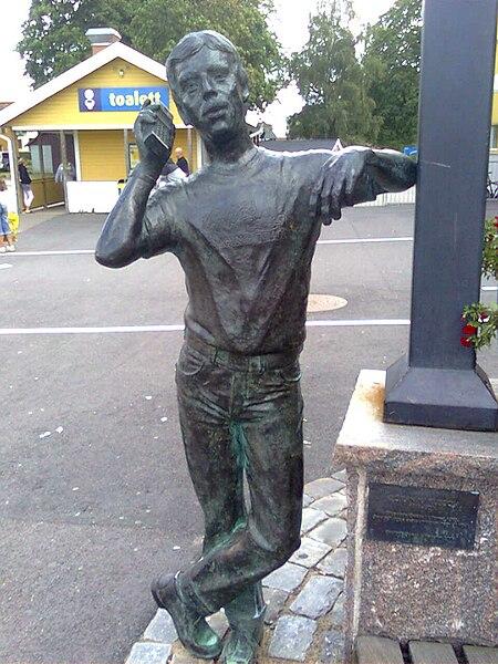 File:Göran Karlsson statue.jpg