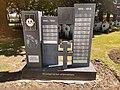 Gedenksteen soldaten zonder graf uit WO I en WO II Oude begraafplaats Roeselare.jpg