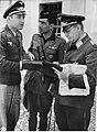Generał Kurt Student w rozmowie z dwoma oficerami (2-591).jpg