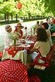 Genießen und Spaß haben am Tisch mit den rot-weißen Punkten.jpg