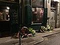Gerbes de fleurs au pied de la plaque commémorant la rafle de la rue Sainte-Catherine.jpg