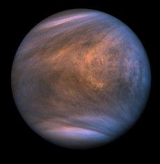 Atmosfæren i Venus virker mørkere og foret med skygger.  Skyggerne sporer den fremherskende vindretning.