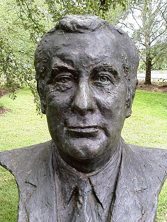 Bust of Gough Whitlam by sculptor Victor Greenhalgh located in the Prime Ministers Avenue in the Ballarat Botanical Gardens Gough Whitlam bust.jpg