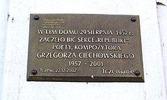 Tablica pamiątkowa w miejscu urodzenia Grzegorza Ciechowskiego na ścianie domu przy ul. Nowy Rynek w Tczewie