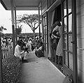 Het spreekuur in het gebouw van de districtscommisaris in Nieuw-Nickerie, Bestanddeelnr 252-5401.jpg