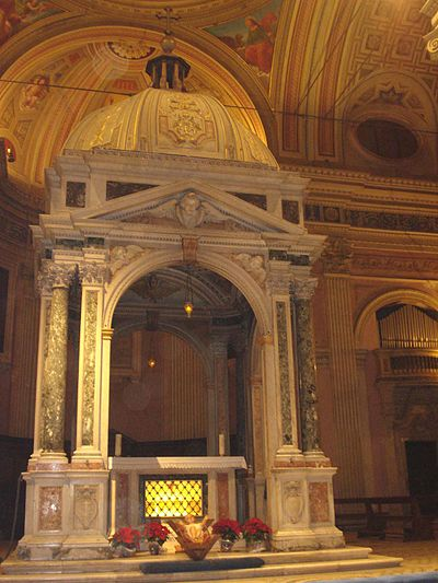 https://upload.wikimedia.org/wikipedia/commons/thumb/8/83/High_altar_with_St_Bonifacius%27s_and_St_Alexis%27s_relics.jpg/400px-High_altar_with_St_Bonifacius%27s_and_St_Alexis%27s_relics.jpg