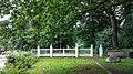 """Historischer Zaun vom 18 Jahrhundert am Marienhölzungsweg. Weitere Informationen s. Gedenktafel rechts -D """"Die Weiße Pforte"""" Sie entstand 1851 und diente bis 1962 der Marienhölzung als Hauptportal. Deren Bewahru - panoramio.jpg"""