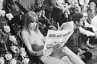 Hoepla voor VPRO-TV. Phil Bloom leest de Trouw, Bestanddeelnr 920-7282.jpg