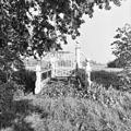 Houten brug met uitgeschilderde leuning en hek. - Nieuwersluis - 20141517 - RCE.jpg