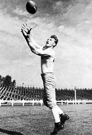 End (gridiron football) - Don Hutson catches a pass.