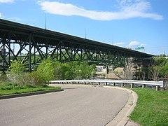 Die Brücke war grün gestrichen und die Straße darunter