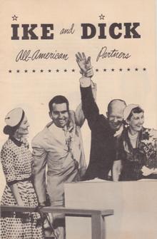 Affiche avec l'inscription «Ike and Dick» montrant Eisenhower et Nixon se tenant la main en l'air tandis que leurs épouses sont à leurs cotés.