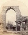 KITLV 100506 - Unknown - Quwwat-ul-Islam mosque in the Qutb complex in Delhi, British India - Around 1870.tif