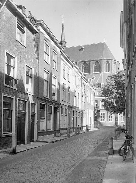 File:Kerk uit de Nieuwsteeg - Leiden - 20134047 - RCE.jpg