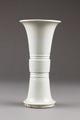 Kinesisk Trumpetformig vas i porslin, från 1600-talet - Hallwylska museet - 95544.tif