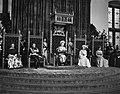 Koningin Juliana tijdens de troonrede links van haar prins Bernhard, rechts van, Bestanddeelnr 914-3224.jpg