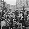 Kranslegging door bevrijde Franse politieke gevangenen op het graf van de Onbeke, Bestanddeelnr 900-2602.jpg
