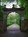 Kunratický zámecký park, brána z ulice K Betáni.jpg