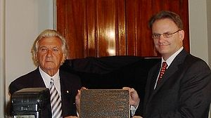 Mark Latham - Mark Latham with former Prime Minister Bob Hawke, unveiling a plaque to commemorate the centenary of the first Australian federal Labor government, Melbourne, April 2004