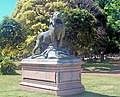 León con su caza escultura.jpg