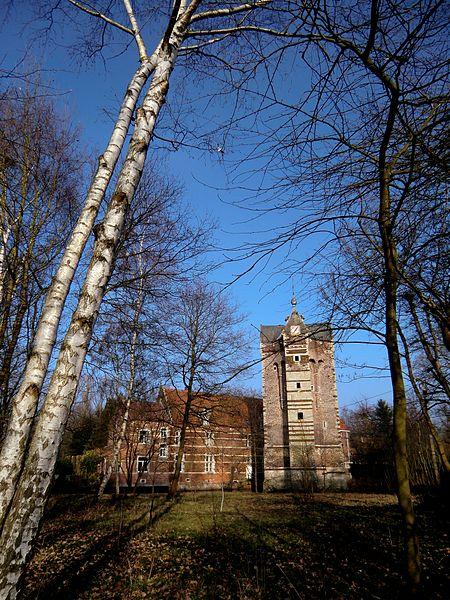"""Le donjon Ter Heiden (toren Ter Heiden en néerlandais) est un donjon du xive siècle situé sur le territoire de la commune belge de Rotselaar, en Brabant flamand.français"""">fr) Donjon Ter Heiden"""