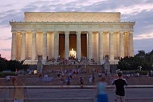 Prospetto principale e statua di Lincoln