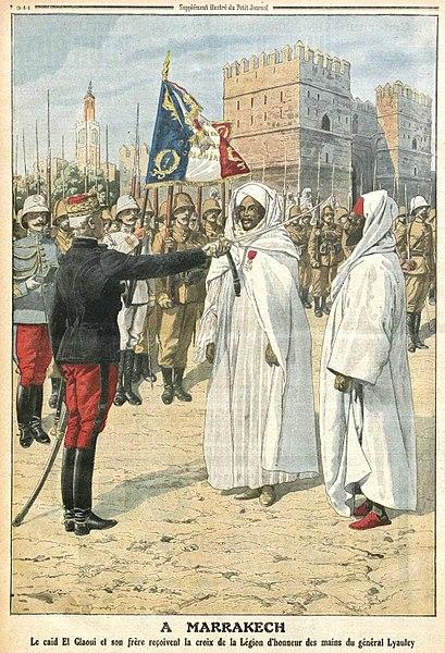 À Marrakech, le caïd El Glaoui et son frère reçoivent la croix de la Légion d'honneur des mains du général Lyautey en 1912.