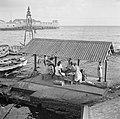 Maaltijd aan de De Ruijterkade in Willemstad op Curaçao Op de achtergrond het R, Bestanddeelnr 252-7204.jpg