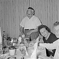 Maaltijd aan het begin van de sabbat. Op de tafel een kiddoesjbeker en glazen wi, Bestanddeelnr 255-4719.jpg
