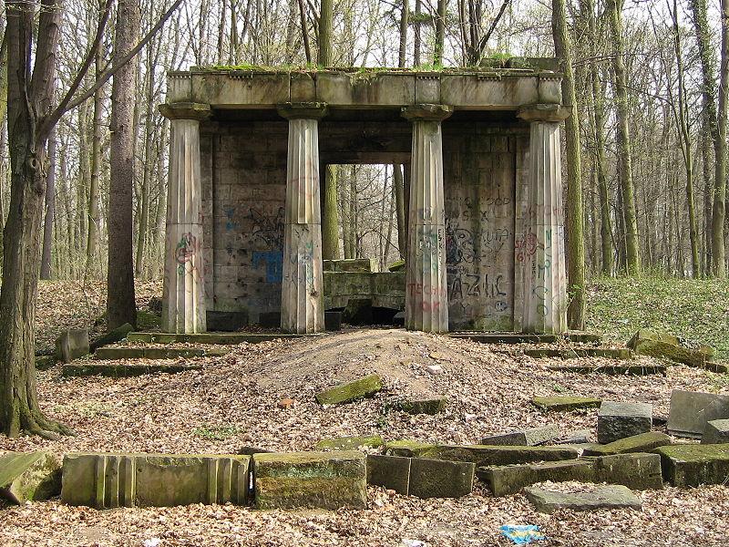 File:Mausoleum der Familie von Hoym, Eingang.jpg