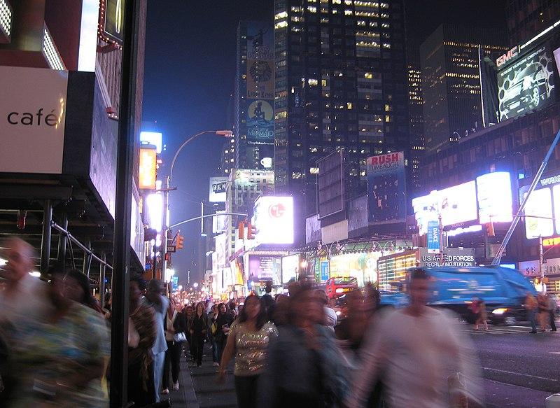 File:Menschenmassen am Times Square.jpg