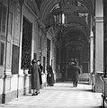 Mensen in de galerij van een oud klooster waar nu een postkantoor in gevestigd i, Bestanddeelnr 191-1347.jpg