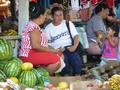 Mercado de Paraguari vendedora de frutas.png