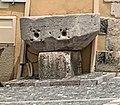 Mesure banale de grains en pierre, adossée au mur de la maison sise en face de la mairie.jpg