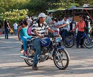 Motociclista en la Vereda del Lago
