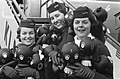 Nieuwe rage na de hoela hoep , winkydoll, stewardessen met winkydoll, Bestanddeelnr 911-7500.jpg