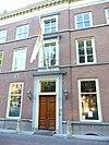 foto van Statig herenhuis, 6 ramen breed rechte kroonlijst, zadeldak