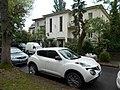 Nissan Juke and Zicher-Rothauser house, 2019 Pasarét.jpg