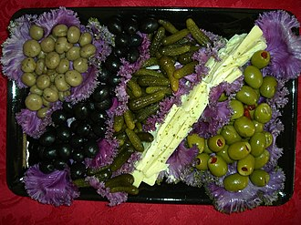Food presentation - Image: Olives attractively served in purple cabbage leaves