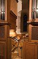 Orgel von St. Oswald (Weilimdorf), Spieltisch und Fenster.jpg