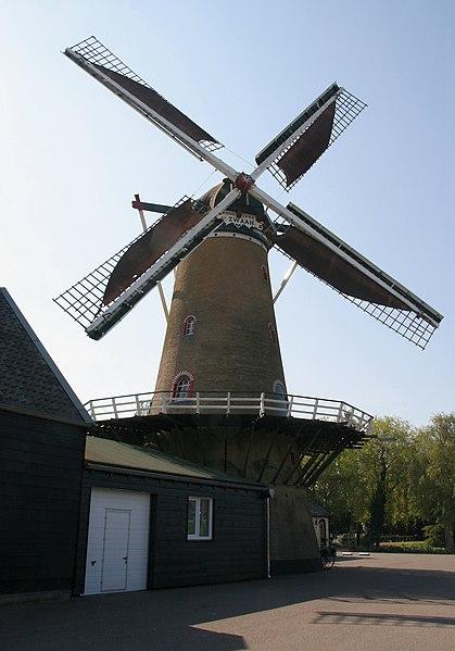 File:Ouddorp molen De Zwaan draaiend.jpg