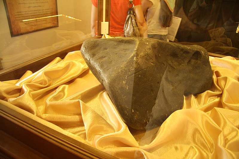 File:Overview of Loket meteorite at Loket castle in Loket, Sokolov District.JPG