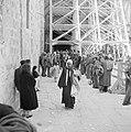 Paasviering. Gelovigen bij de steigers bij de ingang van de Heilige Graf kerk, Bestanddeelnr 255-5255.jpg